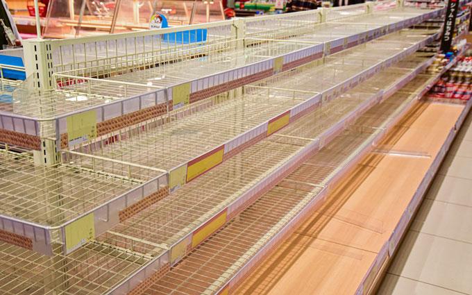 棚が空っぽのスーパー